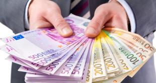 696x522_uomo_banconote_16