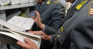 AGENTI GDF GUARDIA DI FINANZA FIAMME GIALLE CONTROLLO FALDONI DOCUMENTI CARTE ARCHIVIO